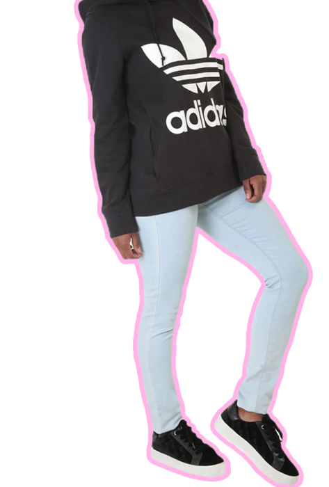 Chica usando sudadera negra Adidas