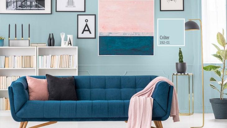 Sala de lectura decorara en tonos azules turquesa con rosa pastel