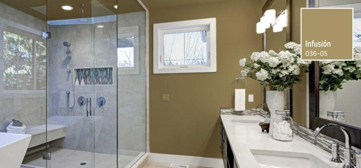 Cuarto de baño con azulejos claros y paredes en tonos cafés claro