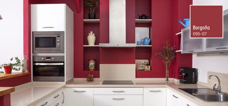 Cocina con muebles blancos y paredes en tonos vino y rojizos