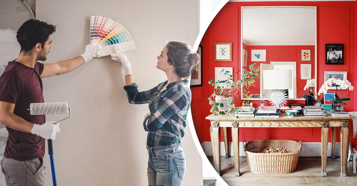 Pareja con paleta de colores para pintar la casa