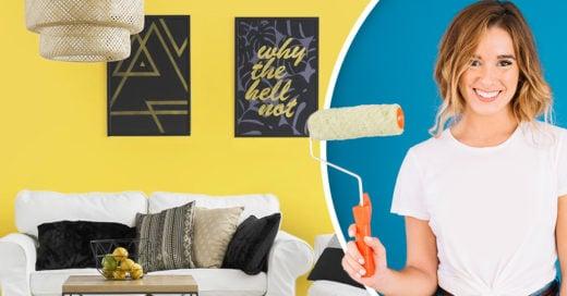 Chica con rodillo para pintar paredes, sala amarilla con sillón blanco