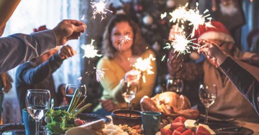 familia en la mesa con luces de bengala