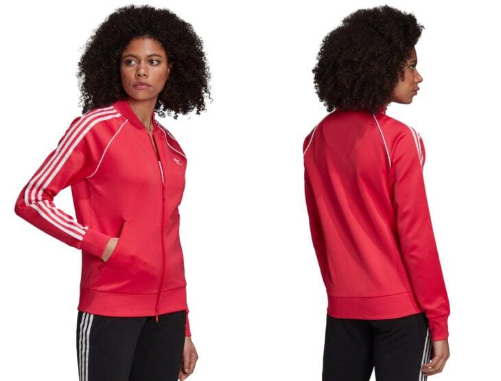 Ropa y moda cómoda para mujeres; chica morena de cabello chino usando una sudadera ligera color rosa fuerte con franjas blancas y logo de Adidas