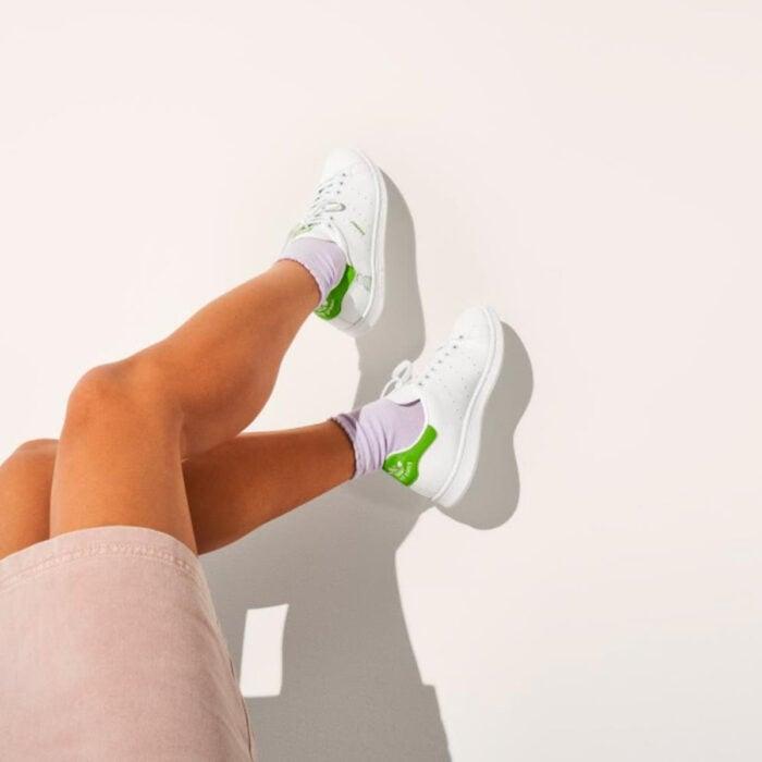 Tenis adidas Stan Smith de Disney, blancos con franjas verdes