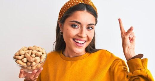 chica con recipiente con cacahuates