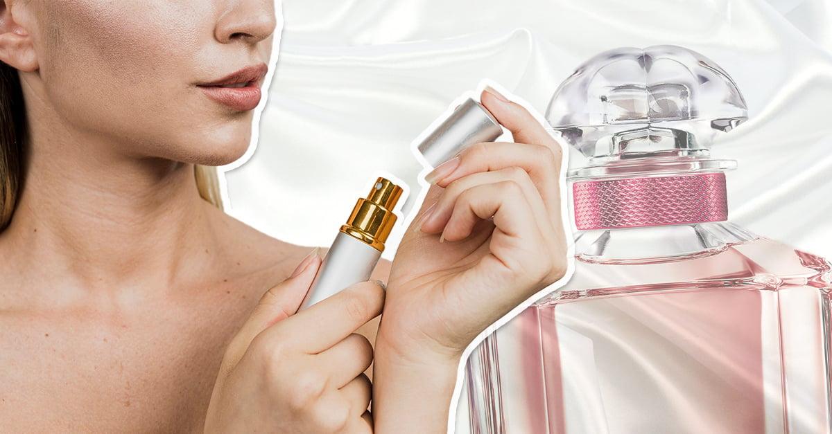 mujer aplicándose perfume en la muñeca