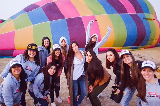 grupo de chicas frente globo helio Look Cyzone