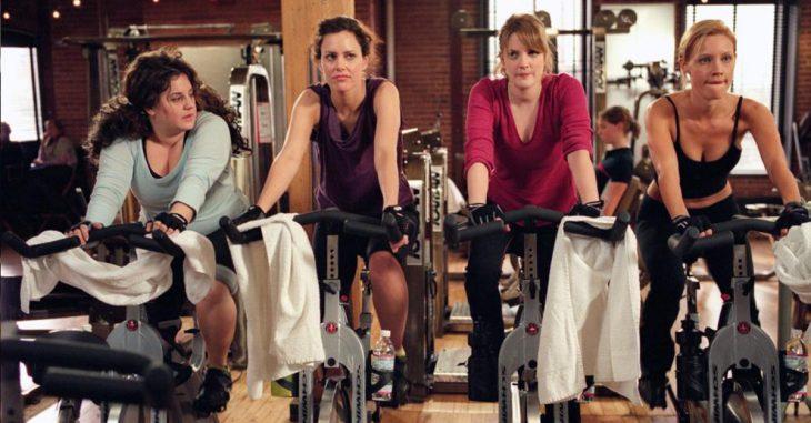 Chicas haciendo bicicleta en el gimnasio
