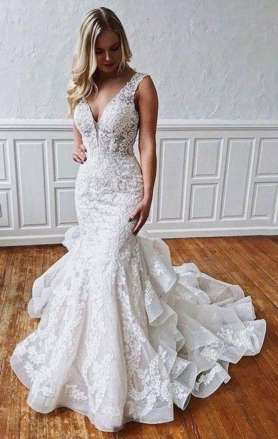 Mujer rubia con vestido de novia corte sirena