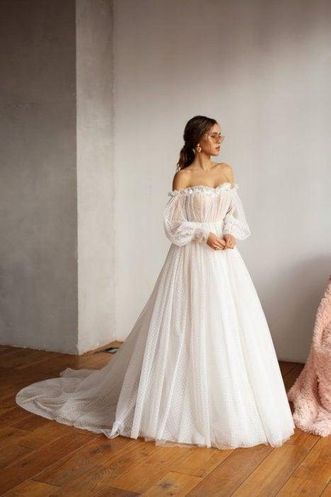 Vestido de novia con hombros descubiertos