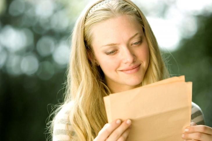 chica leyendo carta