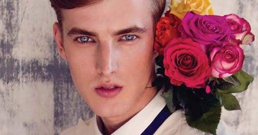chico romántico con flores