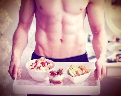 novio cocinando el desayuno