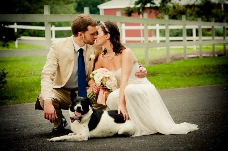 novios en su boda con su perrito