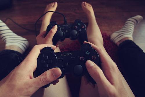 manos de hombre y mujer sosteniendo un control de videojuego