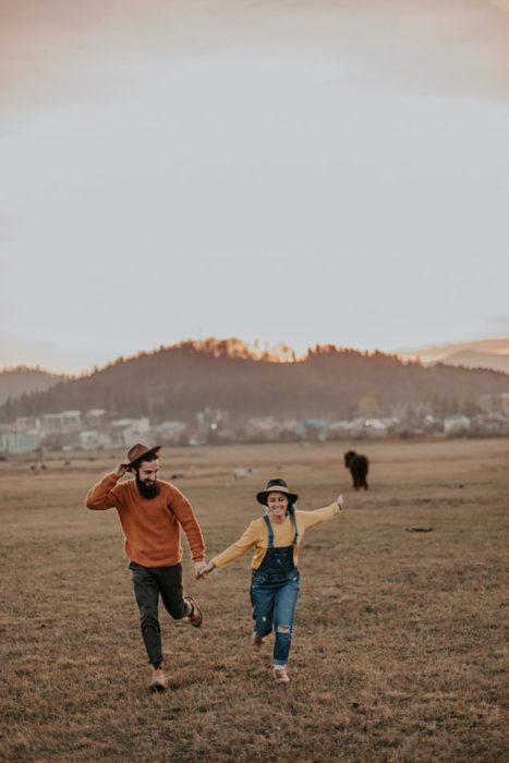 pareja corriendo en un campo