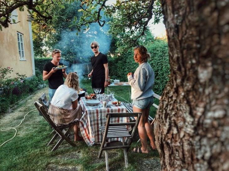 familia cenando en el jardín