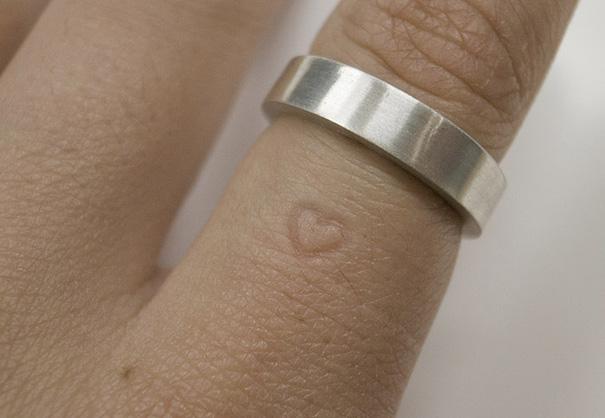 dedo con una marca de corazón y un anillo más arriba de la marca