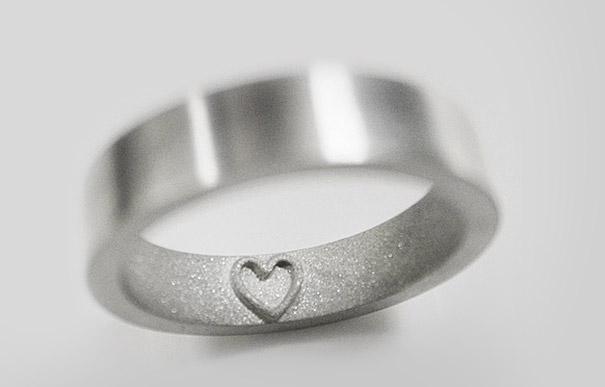 anillo con un corazón en el interior