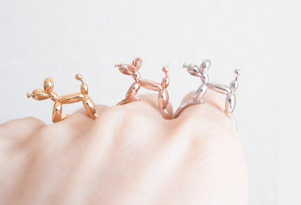 anillo con forma de perritos de globo de colores