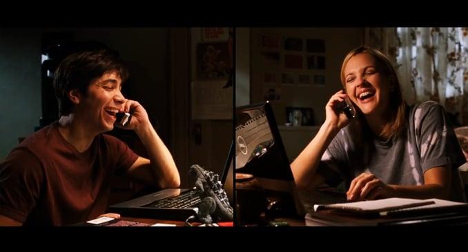 persone che parlano al telefono e si trovano di fronte al computer