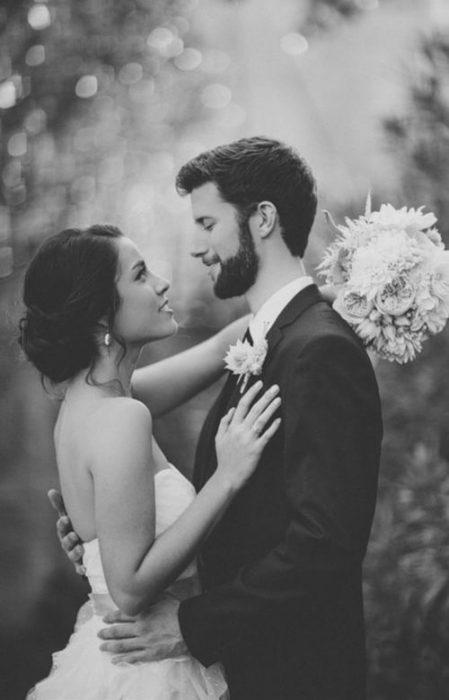 pareja de novios abrazándose durante su boda