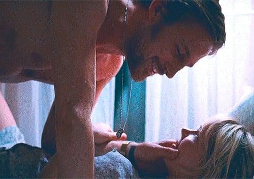 hombre viendo a una mujer mientras están acostados en la cama