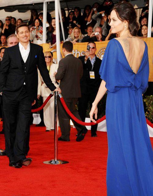uomo che ammira una donna in abito blu