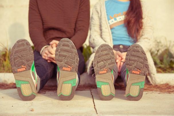 pies de pareja  con tenis puma