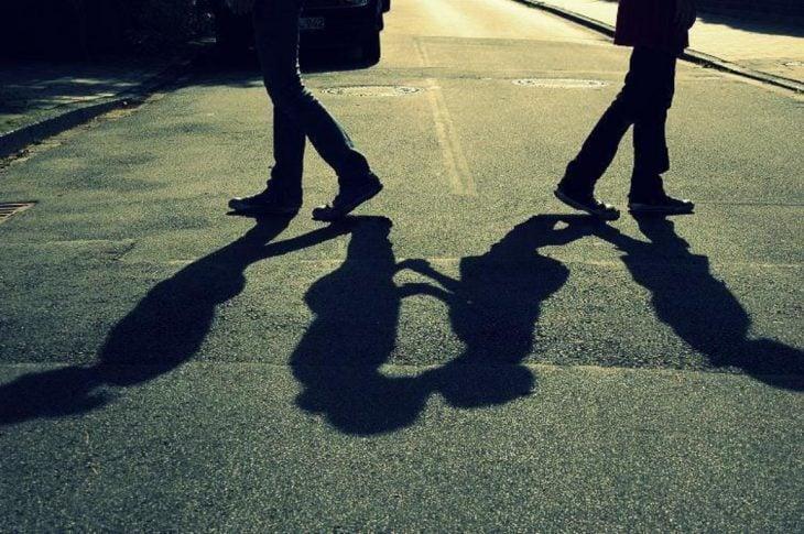 sombra de personas besandose