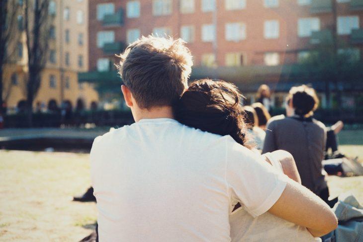 pareja abrazada en un parque