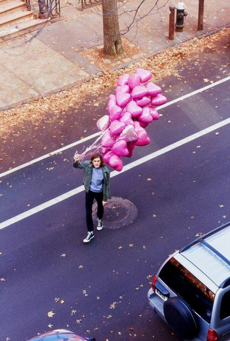 Hombre con globos de corazón