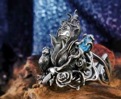 imagen de un anillo con diseño del cuerpo de maléfica con decoraciones de rosas y piedreria