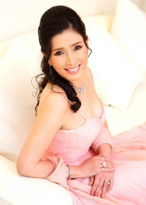Apasra Hongsakula de 67 años con un vestido en color rosa