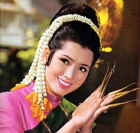Apasra Hongsakula con un vestido típico de su región