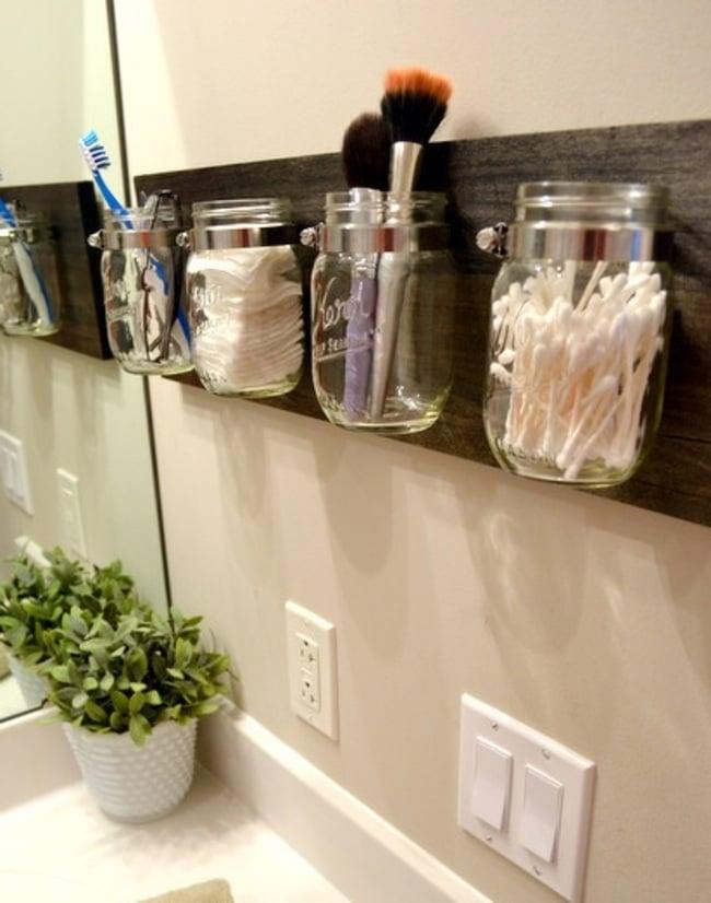 fija una tabla de madera con frascos de vidrio a la pared y sala para organizar artculos baos pequeos ideas