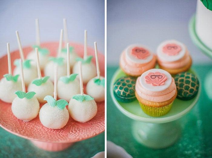 mesa de postres con pastelillos y bolas de pan dulce
