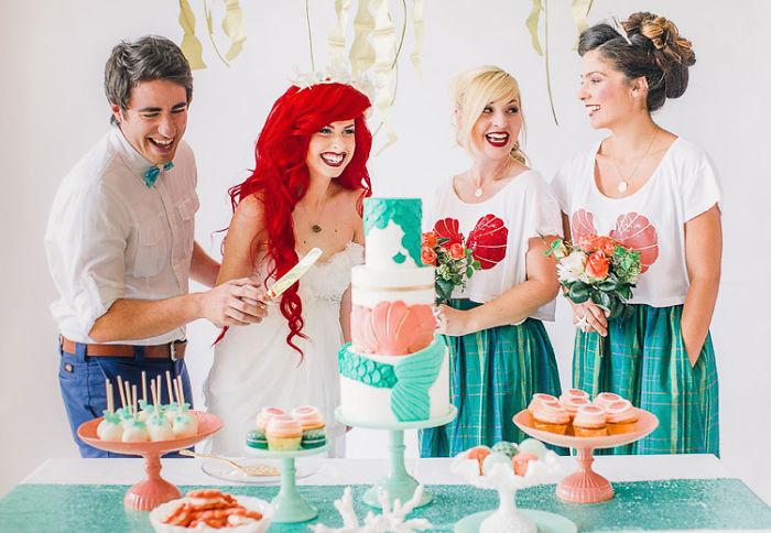 personas disfrutando de una fiesta y cortando trozos de pastel
