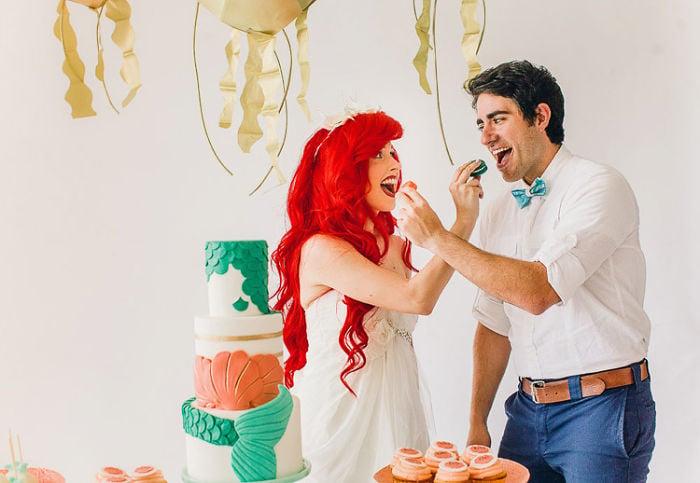 personas compartiendo un pedazo de pastel mientras están en una boda