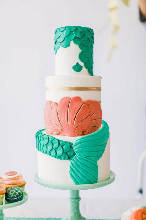 pastel de bodas con figuras de ostras de mar y colas de sirena
