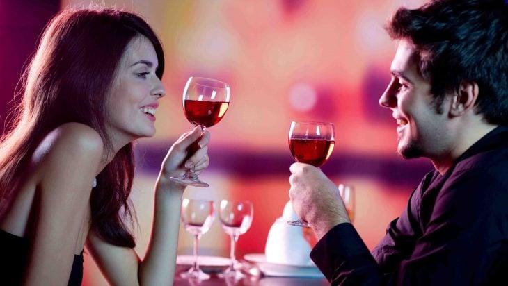 pareja tomando una copa de vino
