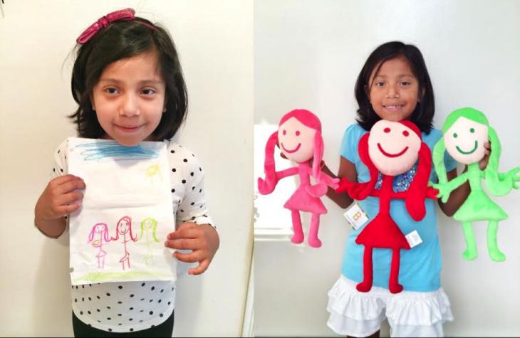 Niña con su dibujo de tres niñas y su peluche hecho por budsies