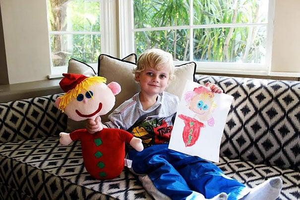 Niño con su peluche y su dibujo