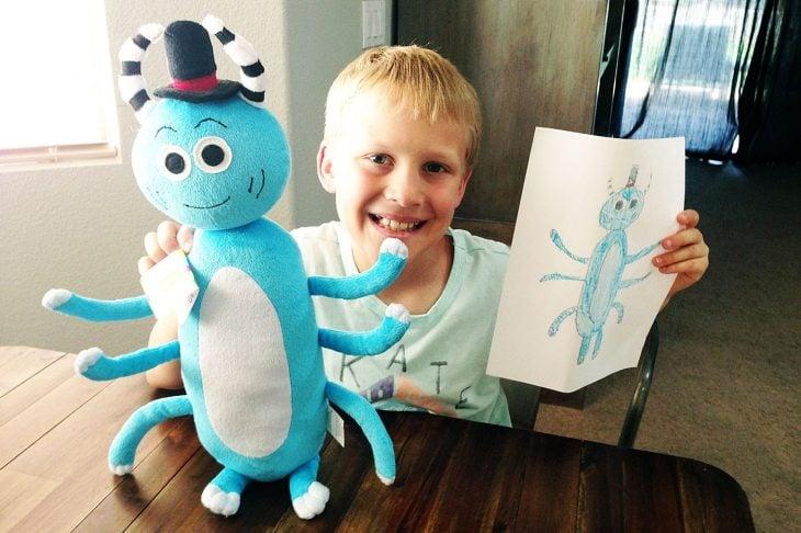 Niño feliz con su dibujo de budsies