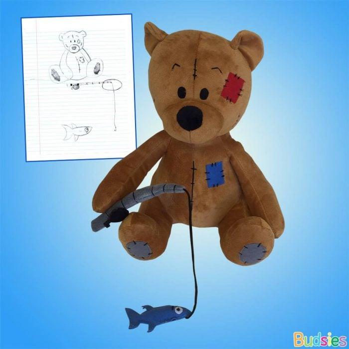 Peluche y dibujo de un oso con caña para pescar