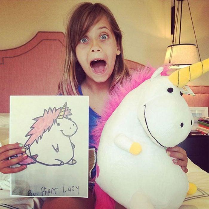 Niña sorprendida con su unicornio de budsies
