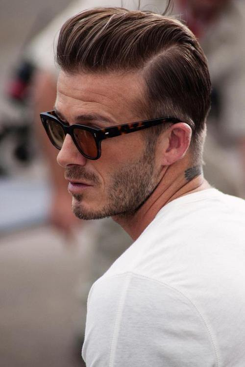 Hombre rubio usando lentes de sol de color café y playera blanca