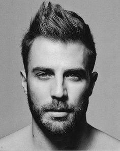 hombre con barba, cabello y ojos claro en blanco y negro