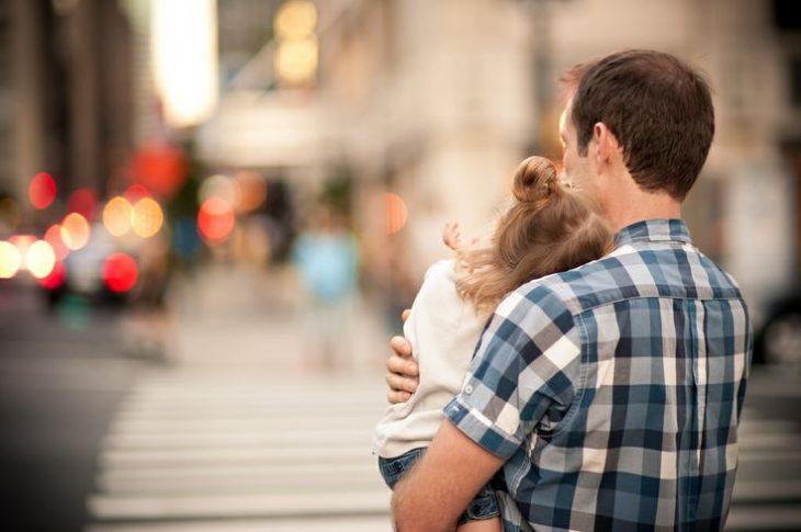 papá abrazando a su pequeña hija